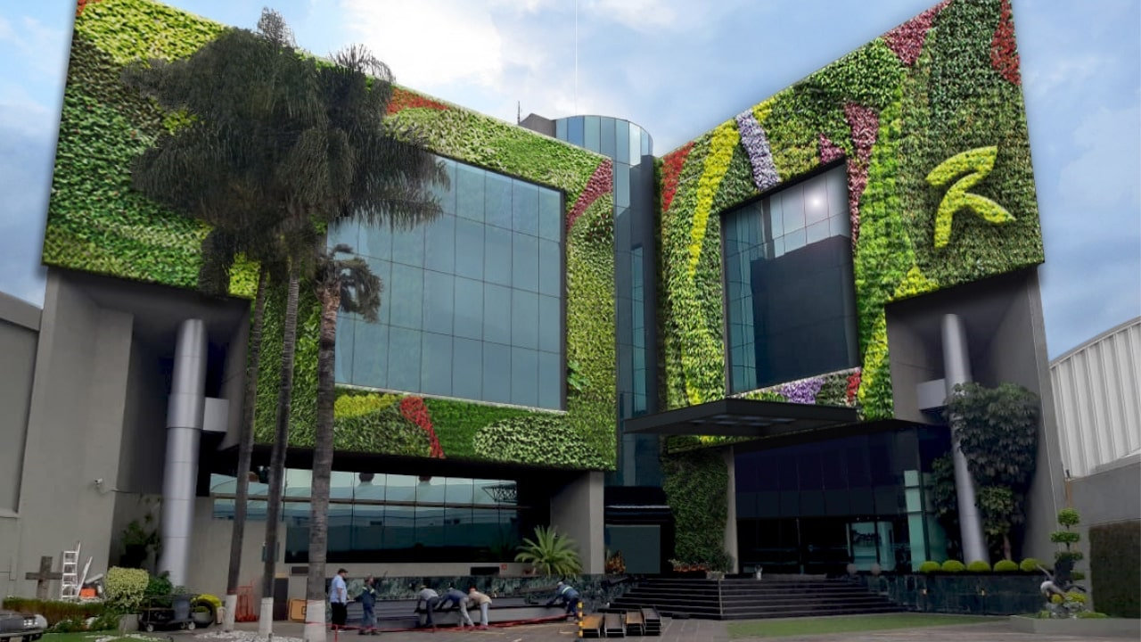 Remodelación de fachada con muro verde roshfrans
